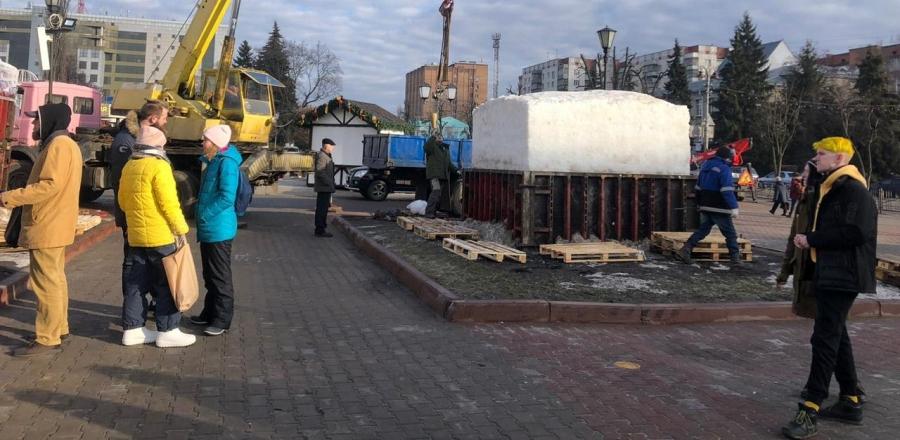 Снежные кубы, привезенные Курск к Масленице, запечатывают обратно в короба